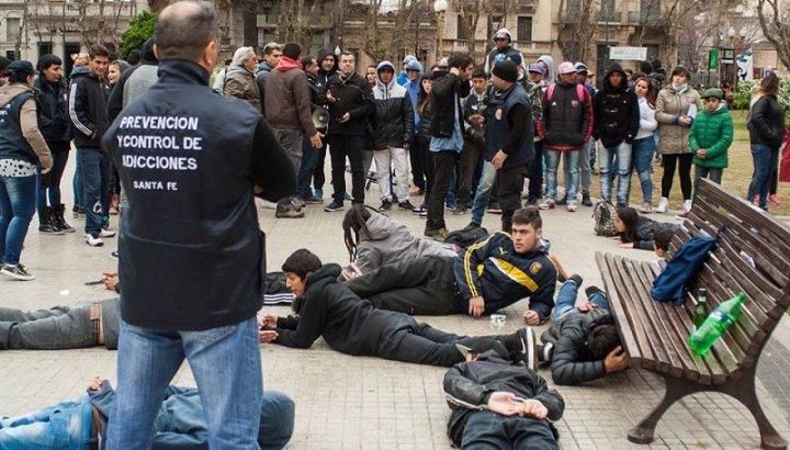 División antidrogas requisa violentamente a un grupo de jóvenes (Rosario,2016). Fuente: La Izquierda Diario.